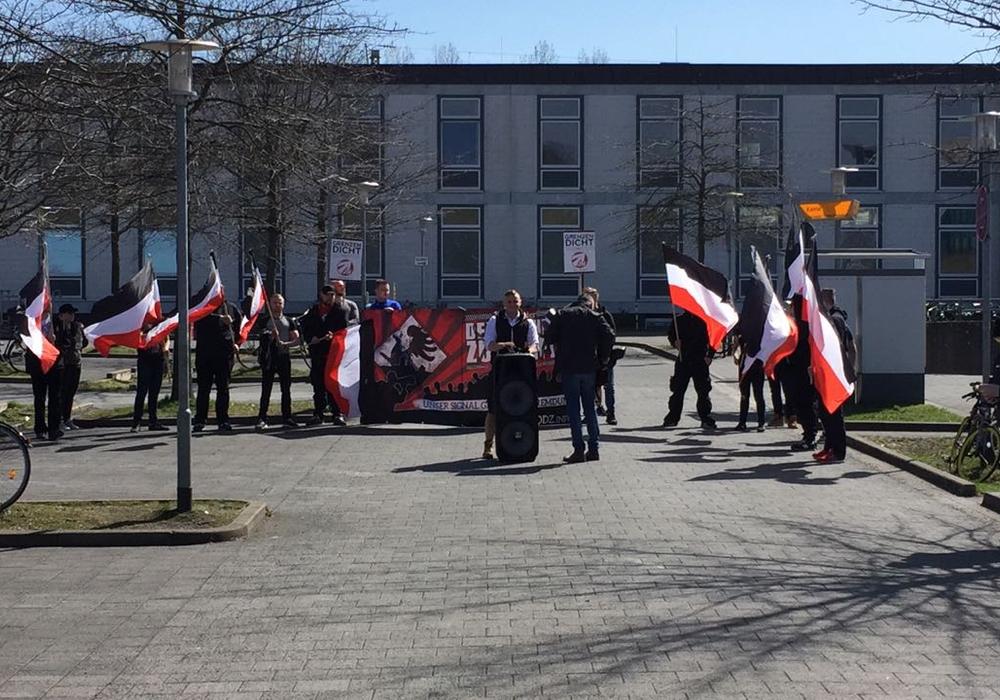 Mit Fahnen und Parolen. Die NPD hält ihre Kundgebung unter den wachsamen Augen der Polizei - direkt vor dem Gebäude der Bundespolizei. Symbolfoto: Sandra Zecchino