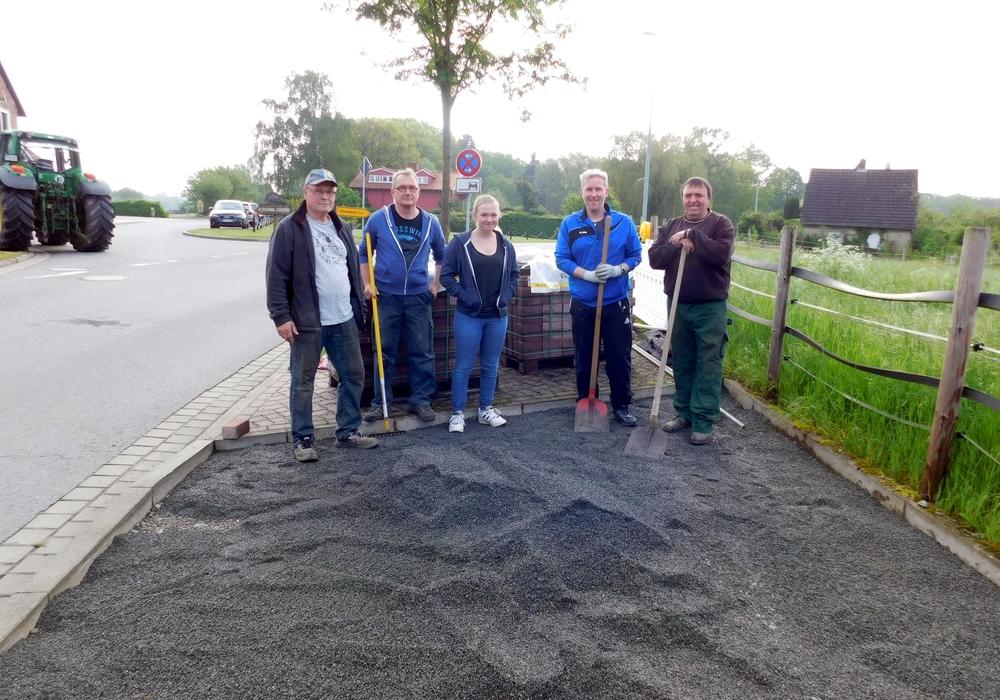 In Eigenregie wurde das Teilstück des Fußwegs fertiggestellt. Fotos: Gemeinde Lehre