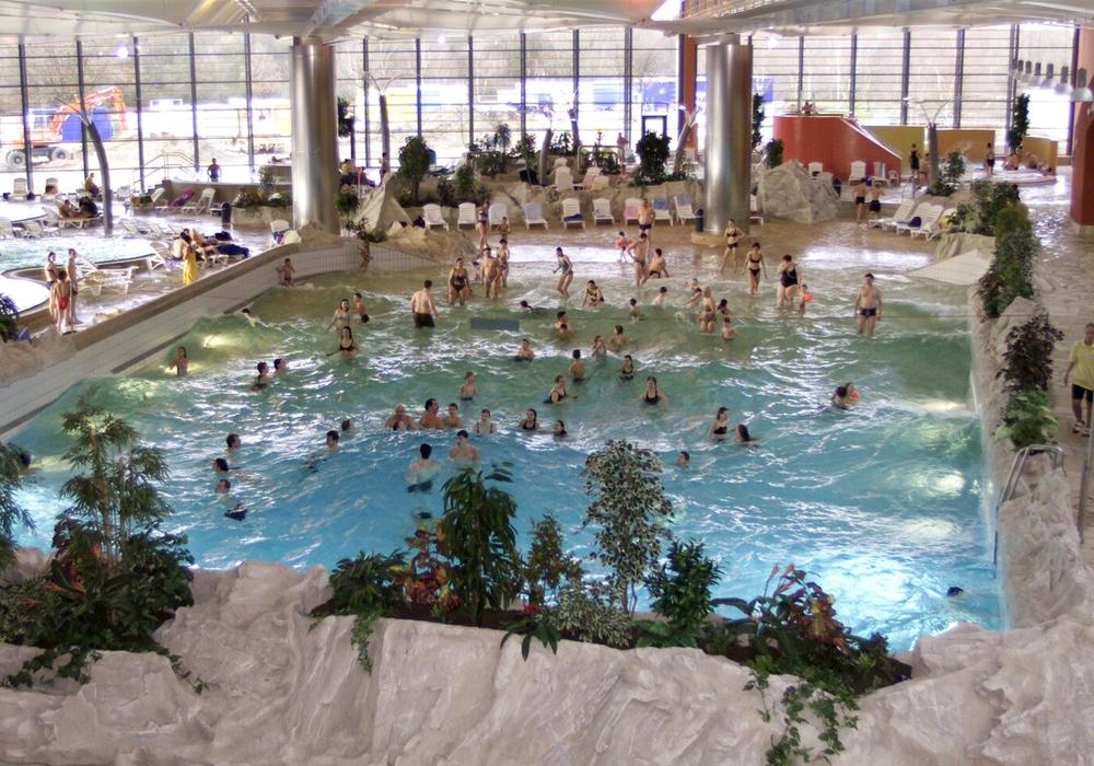 Das Wellenbecken im BadeLand Wolfsburg ist ein beliebtes Ziel der Gäste, die Trichterrutsche derzeit nicht. Foto: Stadt Wolfsburg