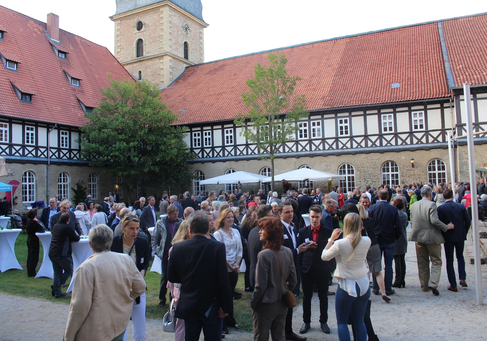 Rund 400 Gäste folgten der Einladung in den Innenhof des Klosterhotels. Fotos: Jonas Walter