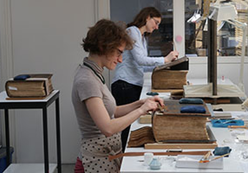 Einblick in die Restaurierungswerkstatt während der Bearbeitung. Foto: HAB