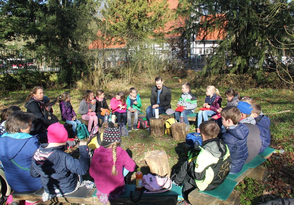 Mathe anhand von Tieren begreifen - das sollten Schüler in dieser Woche im Waldforum Riddagshausen. Fotos: Niedersächsische Landesforsten