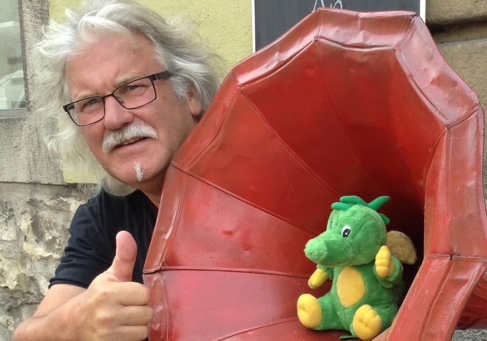 Manfred Kramer mit dem Mini-Tabaluga. Foto: Privat