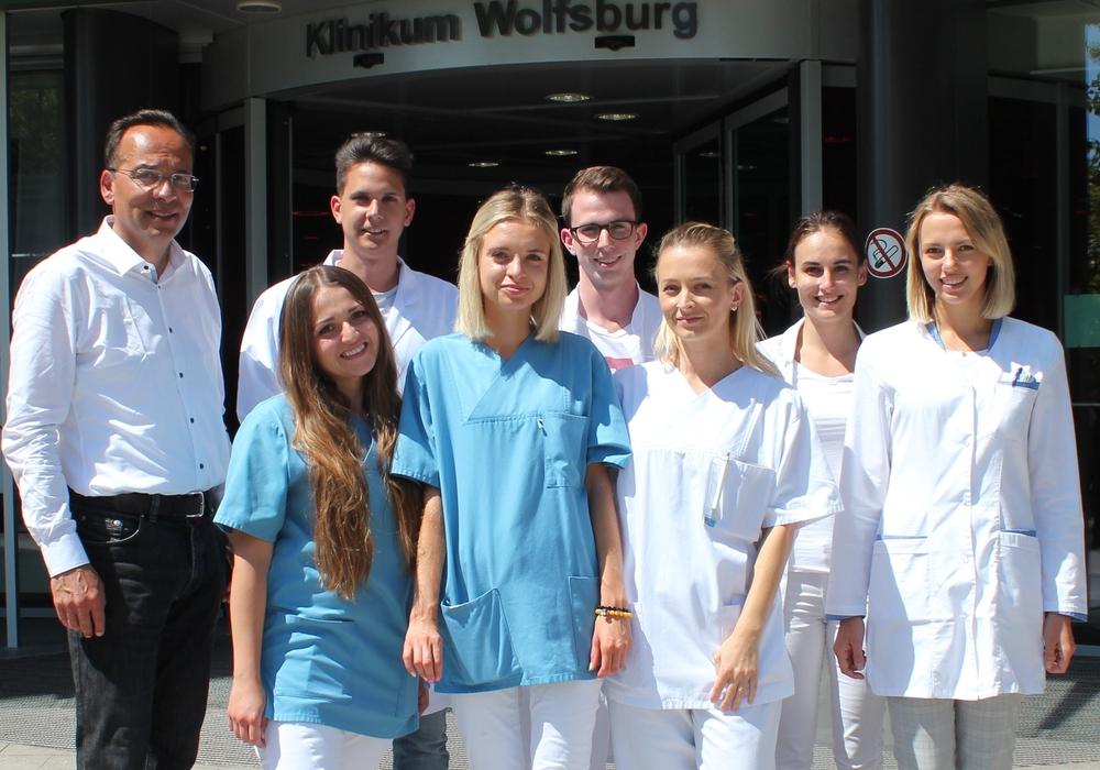Dr. Akhil Chandra mit Studentinnen und Studenten aus Bratislava und Prag. Foto: Klinikum Wolfsburg