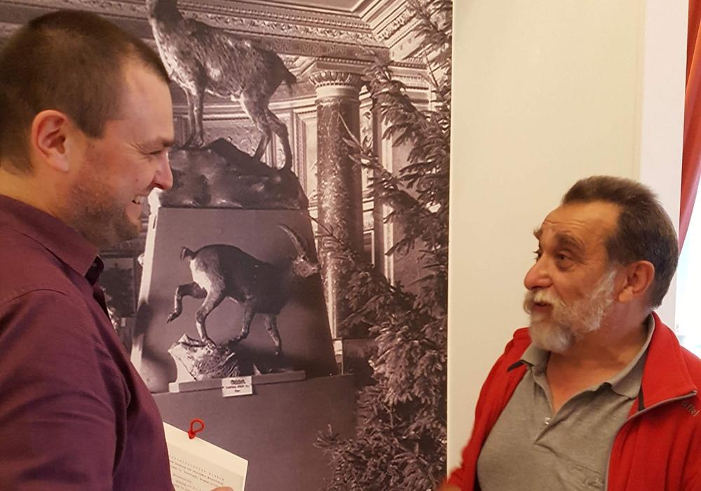 Museumsmitarbeiter Marcus Neumann und Präparator Frank Strauß vor der historischen Ansicht des Naturhistorischen Museums im Schloss. Foto: Schlossmuseum