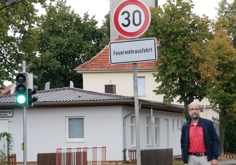 Sven Hagemann freut sich über Tempo 30 vor der Hornburger Schule, bedauert aber, dass zu viele die Geschwindigkeitsbegrenzung ignorieren. Foto: Sven Hagemann