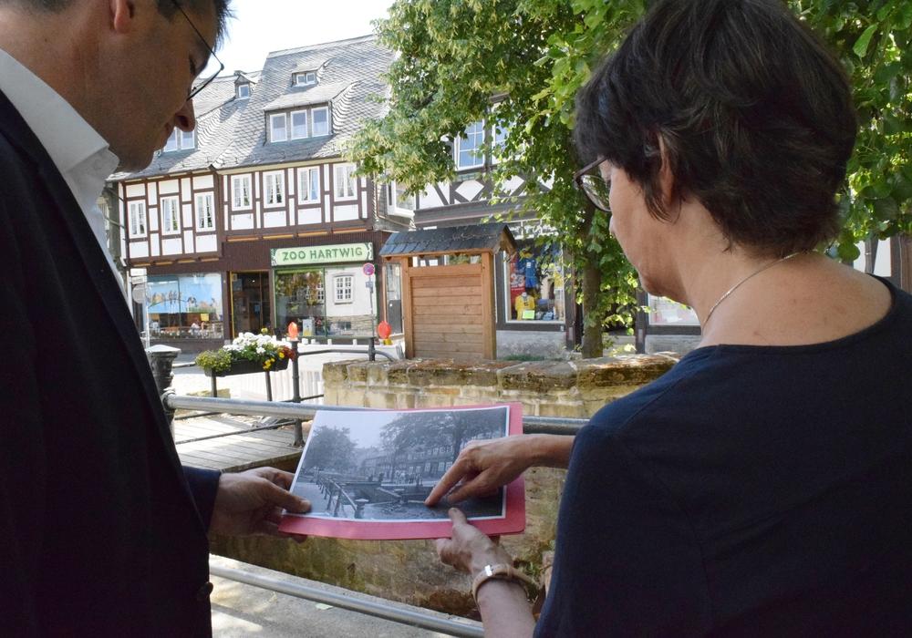Oberbürgermeister Dr. Oliver Junk und Dr. Christine Bauer vergleichen anhand historischer Fotos, wie das Gerenne früher aussah und heute aussieht. Fotos: Stadt Goslar