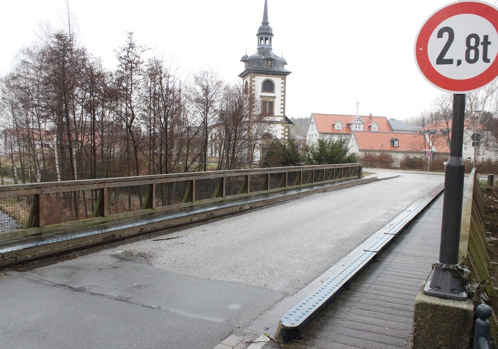 Seit Januar ist die Kirchenbrücke in Oker für Kraftfahrzeugverkehr über 2,8 Tonnen gesperrt. Ein Neubau soll nach Willen der SPD-Ratsfraktion gleich zweispurig werden. Foto: Anke Donner