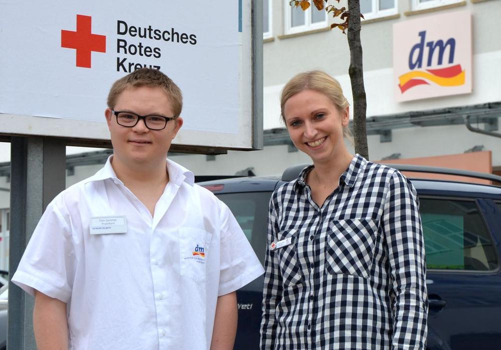 Sabine Apitz betreut als Jobcoach des FBE Tom Sommer, der derzeit ein Praktikum bei DM in Goslar absolviert. Foto: DRK
