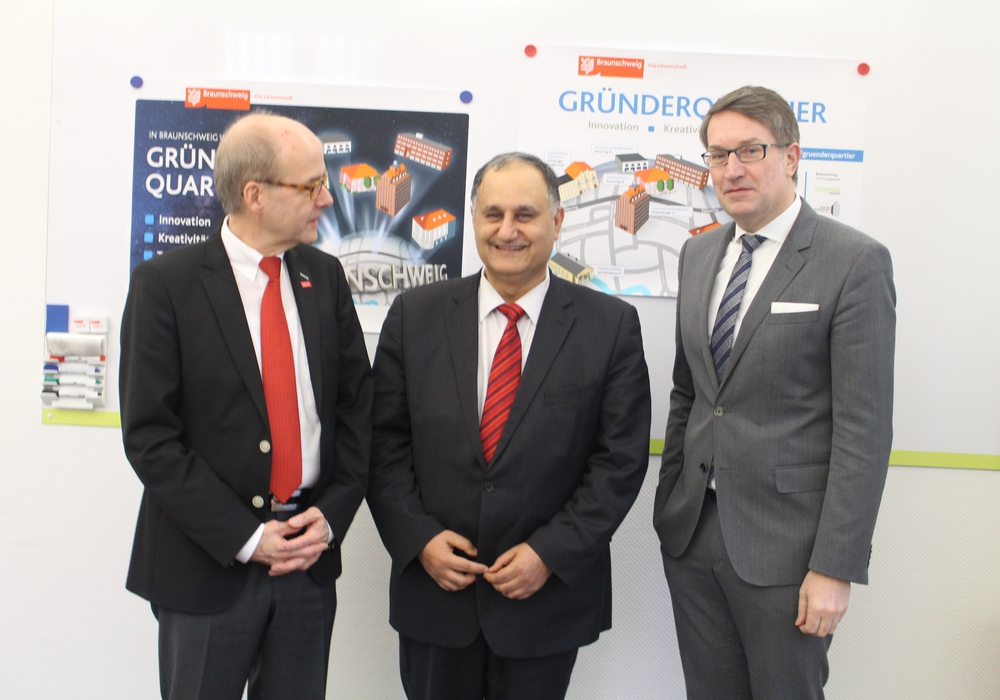 Professor Ulrich Reimers, Professor Reza Asghari und  Wirtschaftsdezernent Gerold Leppa (v. li.). Fotos: Alexander Dontscheff