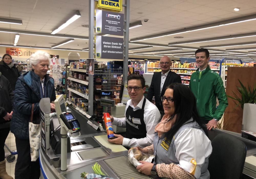 Ungewohnter Arbeitsplatz: Falko Mohrs setzte sich an die Supermarktkasse. Foto: SPD