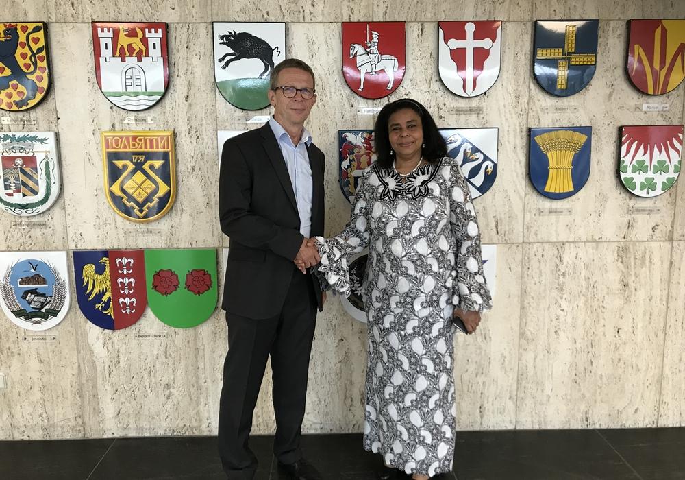 Oberbürgermeister Klaus Mohrs und Josseline Da Silva, Botschafterin der Republik Benin. Foto: Stadt Wolfsburg