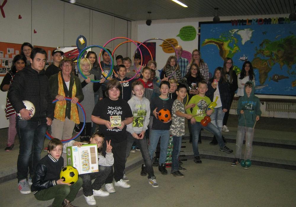 Gerald Theuerkauf (4. von rechts hinten), Vorsitzender des Schulvereins, überraschte die Schülerinnen und Schüler der 5. und 6. Klassen mit neuen Spielgeräten in Höhe von 750 Euro. Foto: Erich-Kästner-Hauptschule