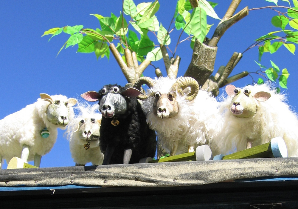 Echte Schafe zum Anfassen und witzige Figuren zum Muttertag im Theater Fadenschein am Sonntag 14. Mai um 11 Uhr. Foto: Theater Fadenschein