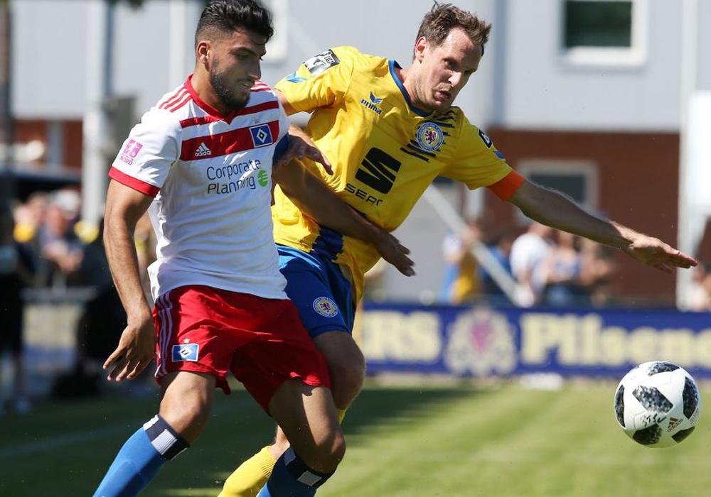 Stephan Fürstner spielte erstmals für Eintracht Braunschweig, hier im Zweikampf mit Khaled Mohssen. Fotos: Agentur Hübner