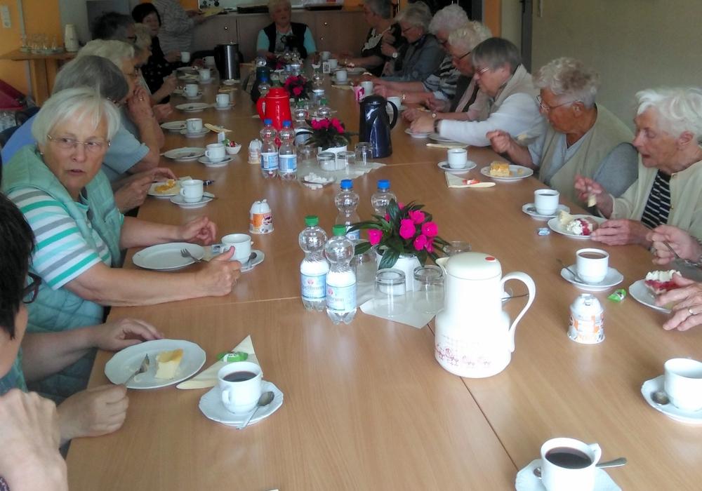 Gemütliches Zusammensein des Seniorenkreises mit dem Ortsrat. Foto: Gemeinde Lehre