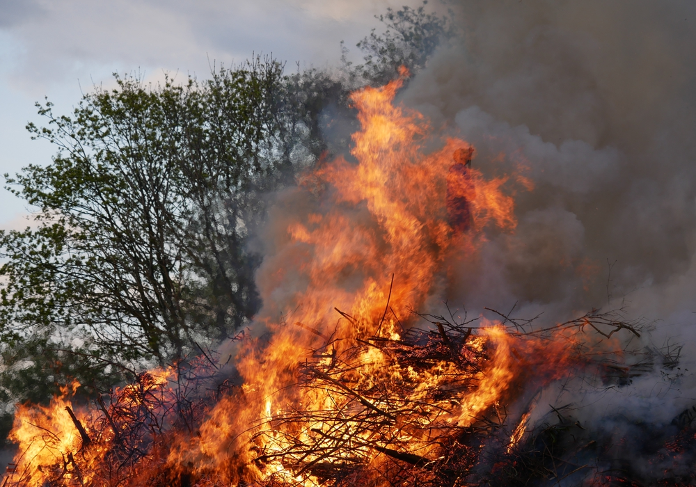 Die ersten Osterfeuer brannten bereits am Samstagabend. Fotos: Nadine Munski-Scholz/ Alexander Panknin/ Antonia Henker