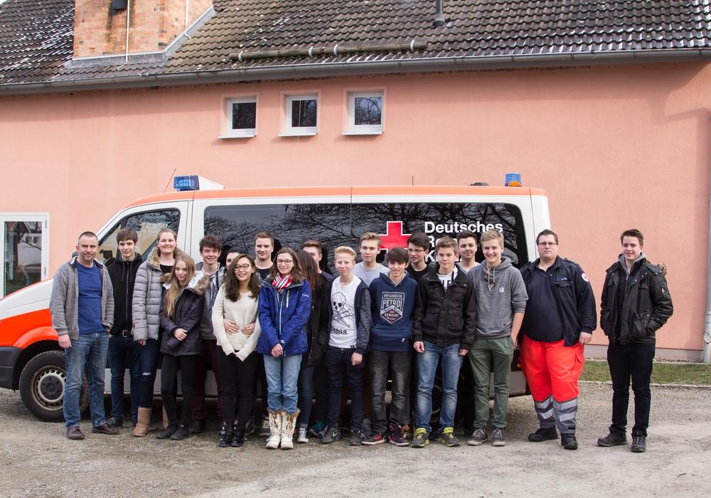 Matthias Kroker (links) übergibt die Spende mit einigen Schülern an Sören Fritze (zweiter von rechts). Foto: Nico Flebbe