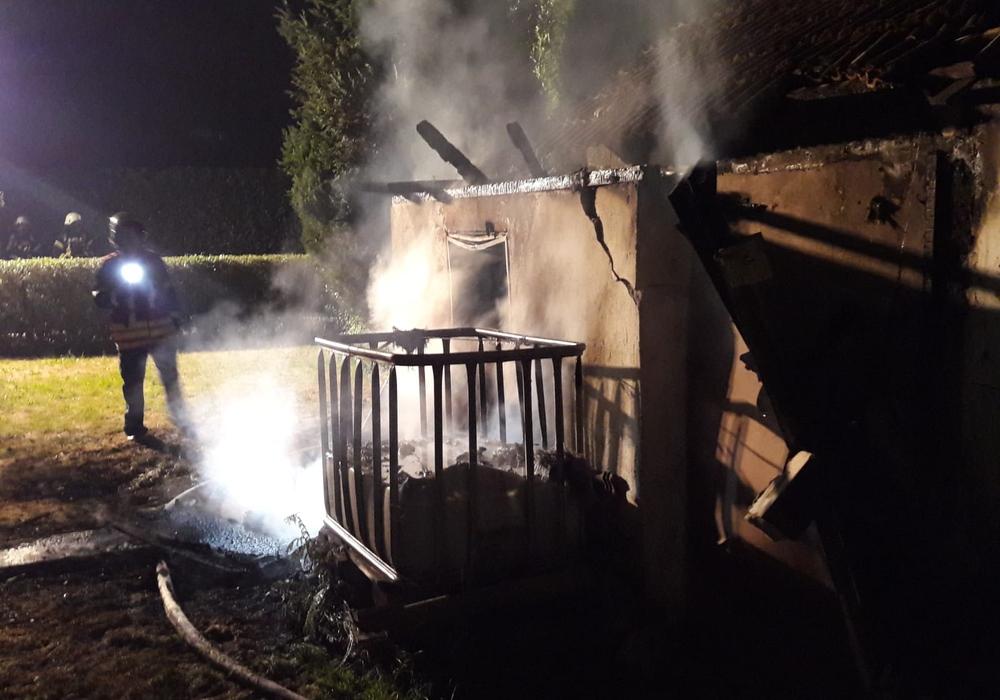Im Kleingartenverein Katzenmehr brannte eine Gartenlaube. Fotos: Stadtfeuerwehr-Presse-Team