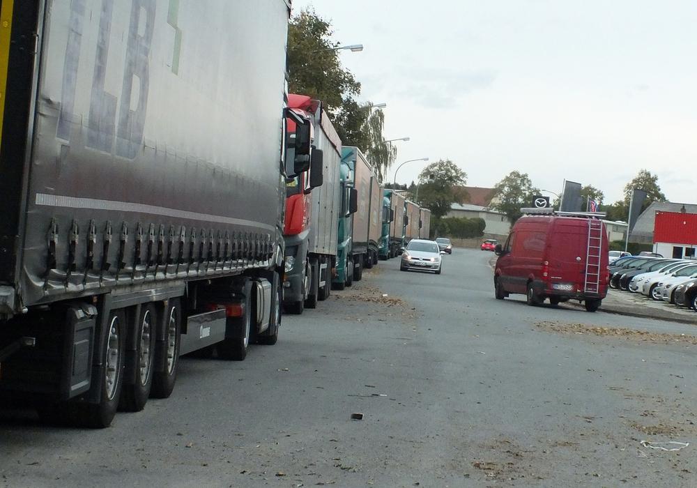 Von-Guericke-Str. in Helmstedt wird stark durch parkende LKW und abgestellte Anhänger in Anspruch genommen. Die Nutzung gleicht einem Speditionsparkplatz.
