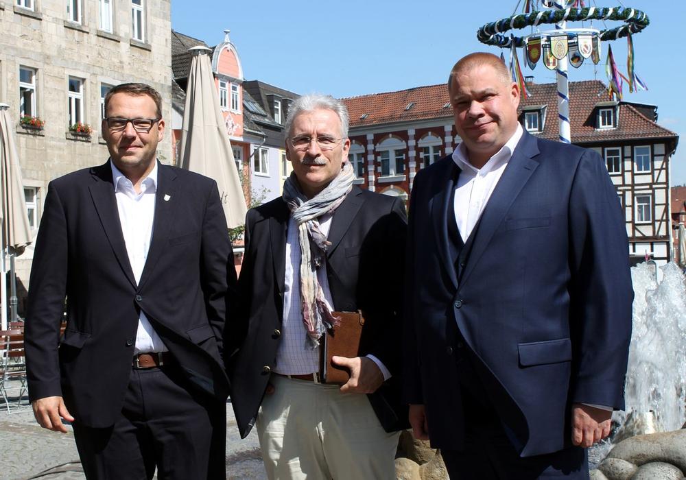 Kooperieren in Sachen Freibadesaison auch 2018 (v.l.): Gero Janze (Samtgemeindebürgermeister Grasleben), Henning Thiele (Geschäftsführer BDH), Wittich Schobert (Bürgermeister Stadt Helmstedt. Foto: Stadt Helmstedt/M. Hartmann