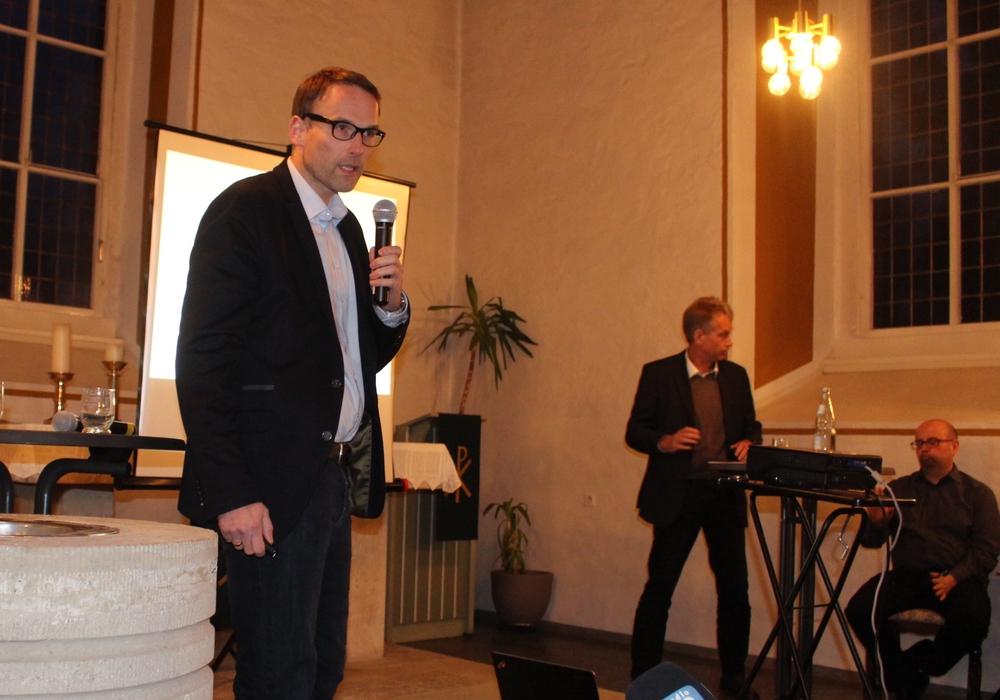 Michael Tacke (li.) und Jens Flügge waren auf Einladung   von Ortsbürgermeister Marco Kreit (re.) in die Kirche nach Watenstedt gekommen. Fotos und Podcast: Alexander Dontscheff