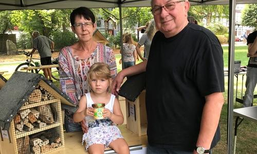 Die jüngste Bienenpatin Lena Ziehe mit ihrer Tante Gudrun Ziehe und Imker Horst Janke.