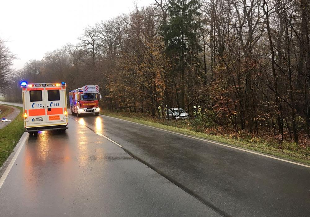 Die Feuerwehren aus Grasleben und Querenhorst wurden zu einem Verkehrsunfall auf die Bundesstraße B244 alarmiert. Foto: Feuerwehr Helmstedt