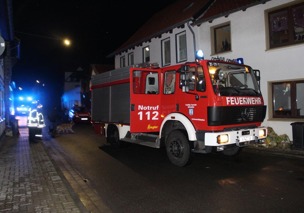 Die Feuerwehr sicherte die Lage in der Ferdinandstraße. Foto: Alexander Dontscheff