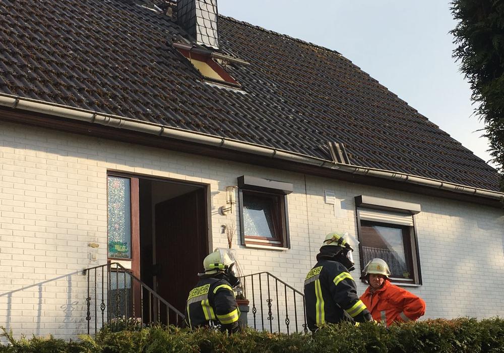 Die Feuerwehr begutachtet den Blitzschaden. Foto: Nick Wenkel