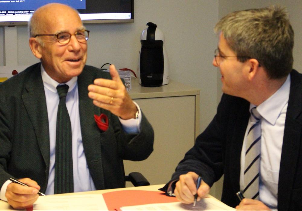 Investor Hans-Joachim Tessner und Oberbürgermeister Dr. Oliver Junk (rechts) unterzeichneten die  Kaiserpfalz-Entwicklungsvereinbarung bei bester Weihnachtsstimmung. Foto: Frederick Becker