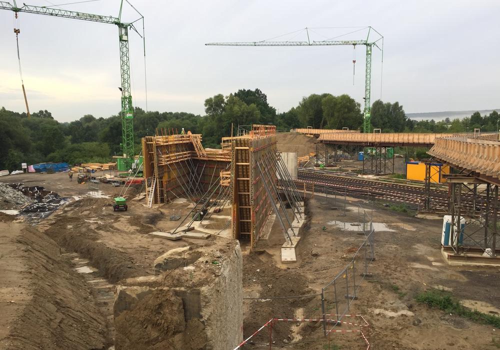 Derzeit werden die Widerlager für die neue Brücke zwischen Linden und Halchter gebaut. Foto: Anke Donner