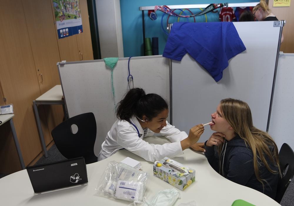 Im Krankenhaus: Dr. Alicia untersucht Patientin Luna, beide Schüler der 7a. Foto: IGS Lengede