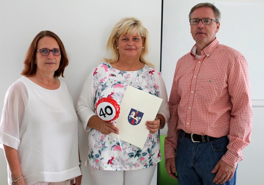 KiTa-Leiterin Claudia Hesesbeck und KiTa-Abteilungsleiter Andreas Binner gratulierten. Foto: Stadt Wolfenbüttel