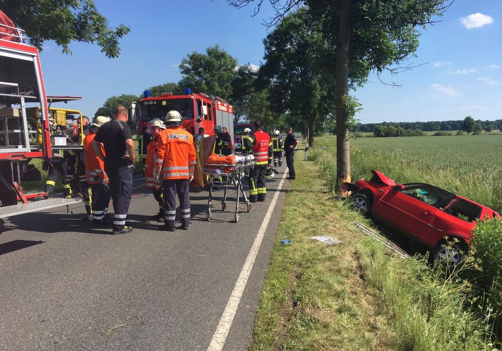 Der rote VW Polo einer 19-jährigen Fahrerin prallte nach einem gescheiterten Überholmanöver gegen einen Baum und landete im Graben. Fotos: aktuell24(BM)