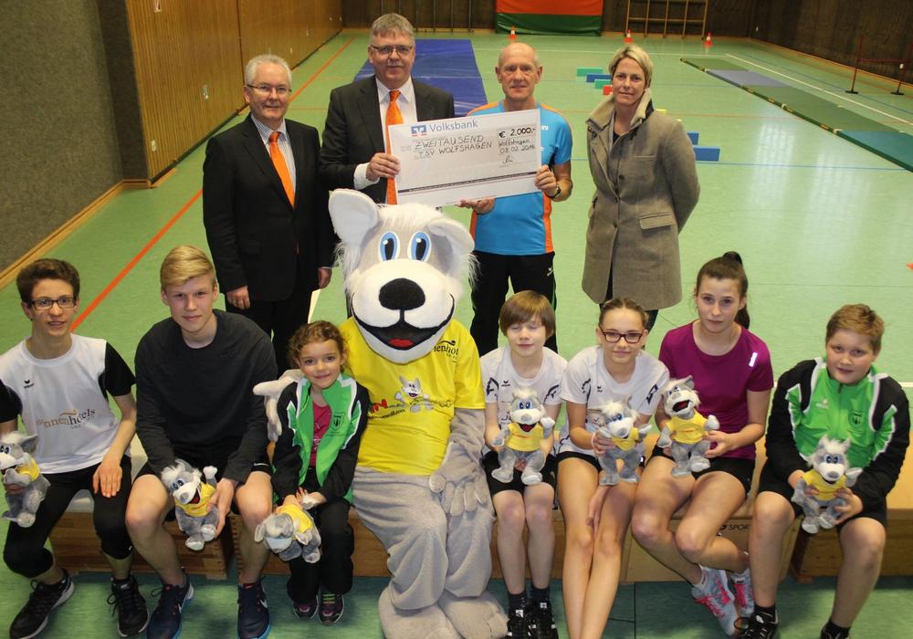 Die Volksbank Nordharz und die Sonnenhotel Deutschland GmbH unterstützten die Läufer des TSV Wolfshagen, wenn es in diesem Jahr zum Nordkap geht. Fotos: Anke Donner
