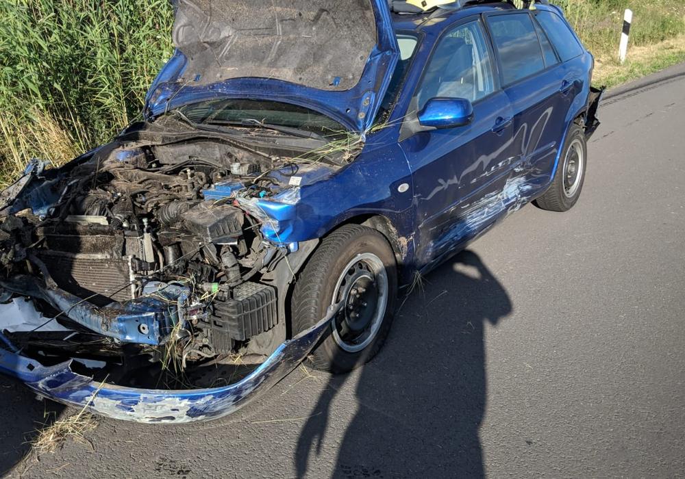 Das bei diesem Unfall niemand verletzt wurde ist kaum zu glauben. Foto: Feuerwehr Helmstedt