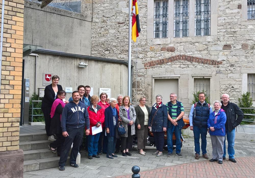 Die Teilnehmergruppe des Wolfenbütteler SPD-Sommerprogramms vor dem Eingang der JVA vor der Besichtigung der Gedenkstätte. Foto: Privat