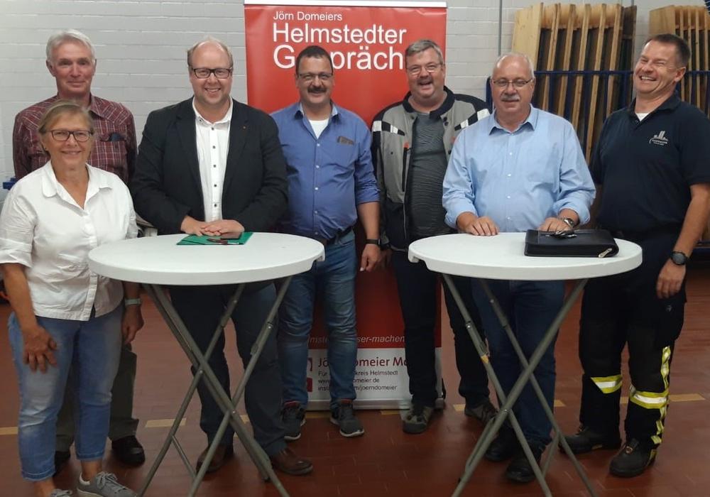 v.l.: Edelgard Hahn (Ortsbürgermeisterin Flechtorf), Jürgen Ehlers (Regierungsbrandmeister und Vizepräsident des Landesfeuerwehrverbandes Niedersachsen), Jörn Domeier MdL (Landtagsabgeordneter), Olaf Kapke (Kreisbrandmeister und Vorstandsmitglied des Landesfeuerwehrverbandes Niedersachsen), Olaf Ehlers (Ratsherr der Gemeinde Lehre), Rüdiger Kauroff MdL (Feuerwehrpolitischer Sprecher der SPD Landtagsfraktion), Ralf Sprang (Ortsbrandmeister der Ortsfeuerwehr Flechtorf)  Foto: SPD-Landtagsfraktion
