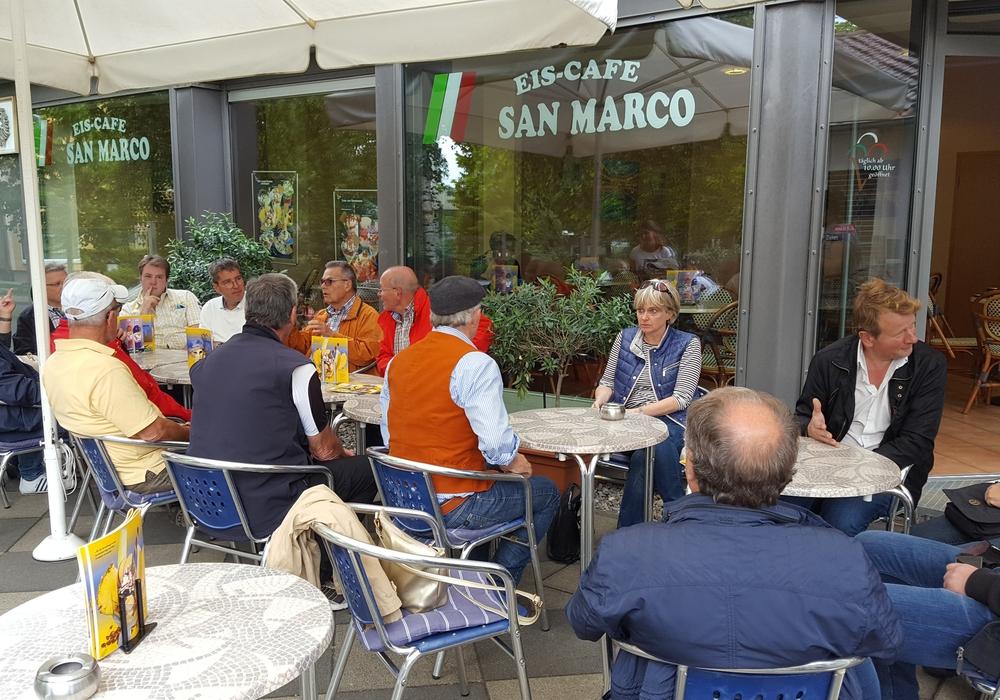 Oberbürgermeister Dr. Oliver Junk im Gespräch mit interessierten Bürgerinnen und Bürgern im Eiscafé. Foto: Stadt Goslar