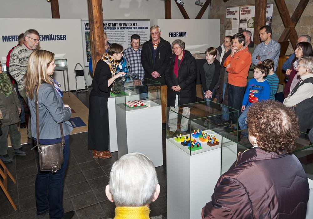 Über 50 Besucher kamen zur Finissage in das Stadtmuseum Schloss Wolfsburg. Foto: Peter Riewaldt