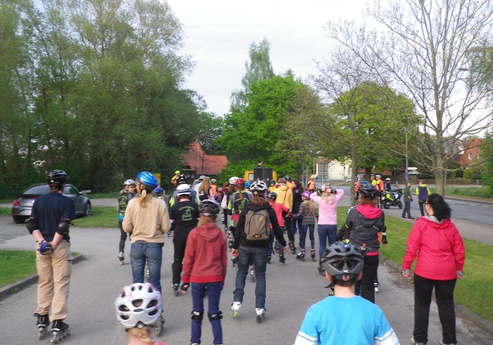 Interessierte versammeln sich zum gemeinsamen Skaten und Feiern. Foto: Stadt Gifhorn