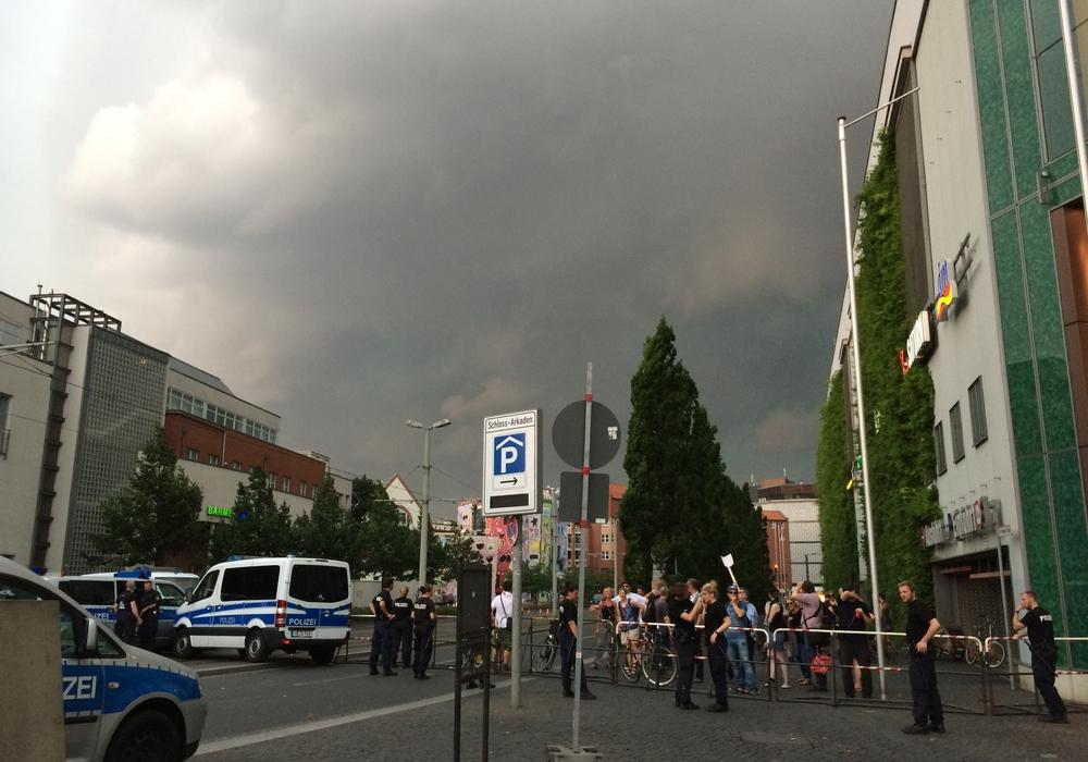 """Das Unwetter """"fegte"""" Bragida und deren Gegendemonstranten in windeseile fort. Fotos/Video: Werner Heise"""