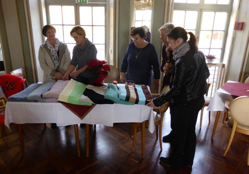 Tina Tielemann (1.v.l.) mit Bewohnerinnen und Mitarbeiterinnen im Spiegelsaal der Seniorenbetreuung Schloß Schliestedt. Foto: Schloß Schliestedt