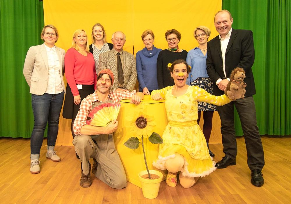 Thomas Lindhout und Marcella Ruscigno (Schauspieler) mit Vertretern der verschiedenen Clubs und Sponsoren, die die Aktion unterstützt haben. Foto: Rudolf Karliczek