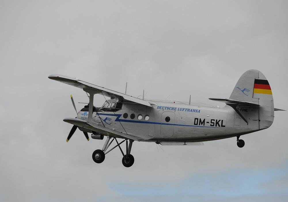 Das Flugzeug stürzte bei der Notlandung aus geringer Höhe zu Boden. Symbolfoto: Pixabay