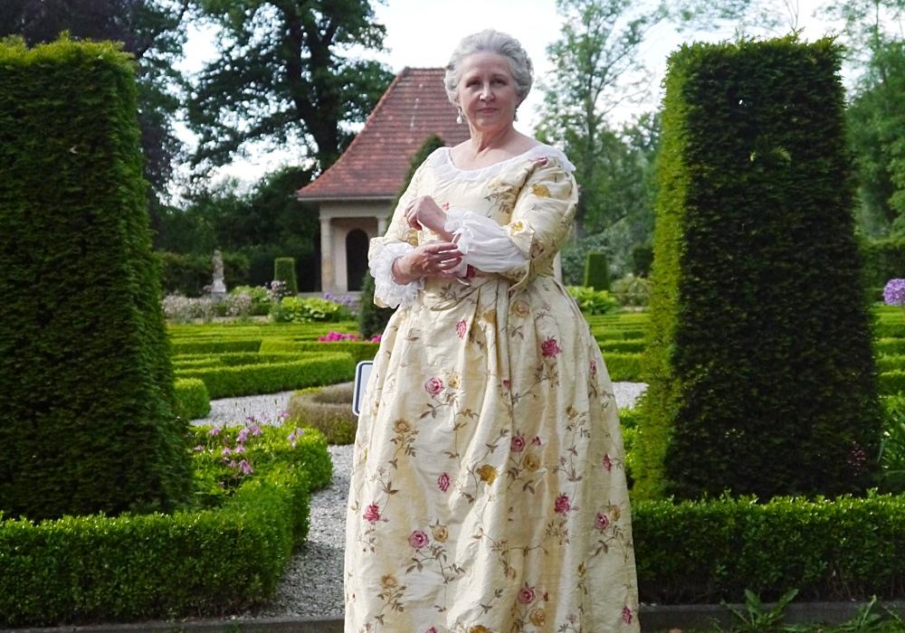 Gräfin Anna Adelheit Catharina von der Schulenburg (Rita Techen-Müller) im Barockgarten. Foto: Stadtmuseum Wolfsburg