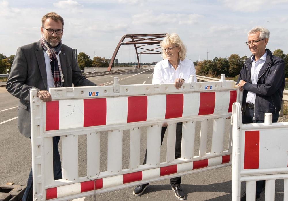 Michael Tacke, Stadtrat für Bauen; Annette Gödecke und Manfred Reichmann vom Fachdienst Tiefbau und Verkehr auf der sanierten Brücke (v. li.). Fotos: Rudolf Karliczek