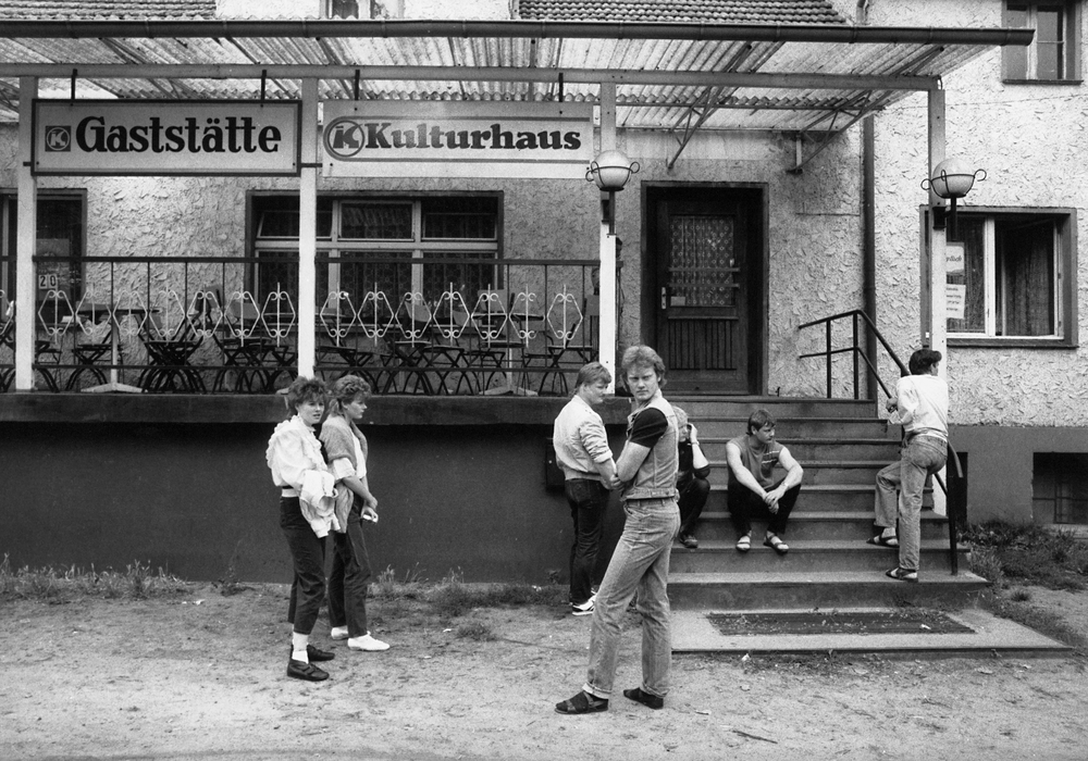 Vor dem Dorfgasthaus, Brandenburg, 1984, DDR. Foto: Pressebild von Aussteller