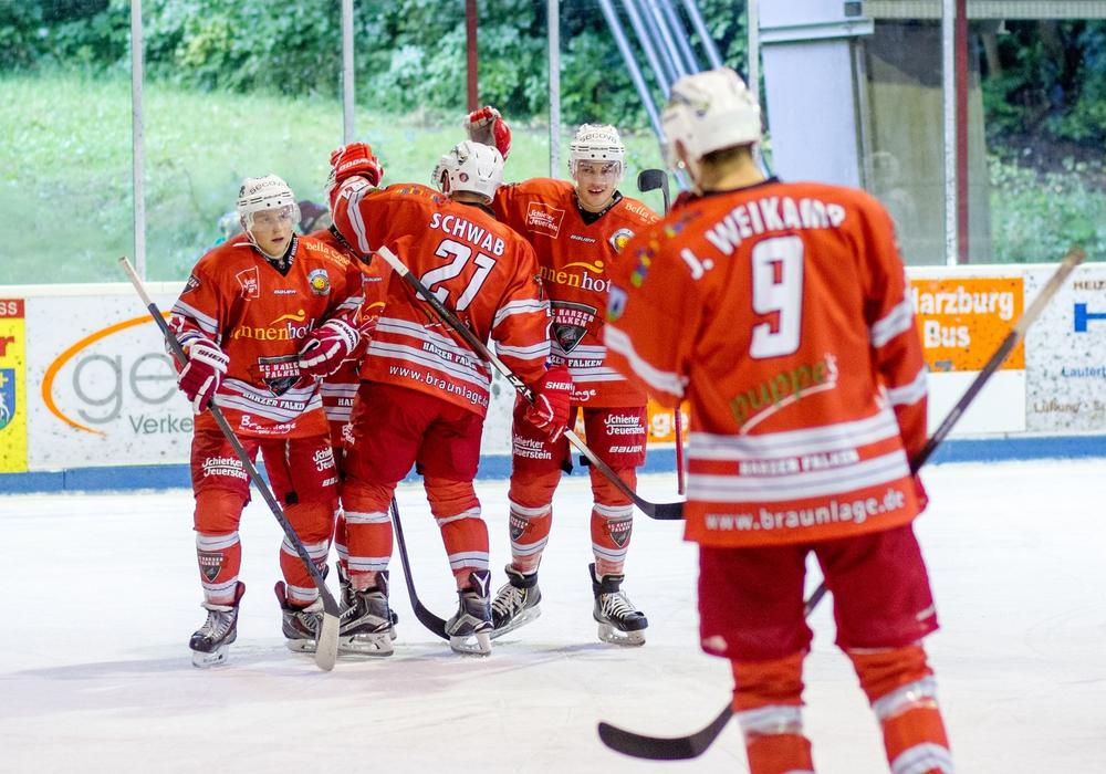 Mit der Ameos- Gruppe präsentieren die Falken einen neuen Sponsor für die kommende Saison in der Oberliga Nord. Das Logo wird zukünftig auf den Spieler-Trikots sowie im Eisstadion Braunlage zu sehen sein. Foto:  Sportfotos BS